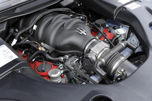 画像: 赤いヘッドカバーの4.7L V8DOHCは460ps/520Nmを発生。組み合わされるミッションは6速AMT。