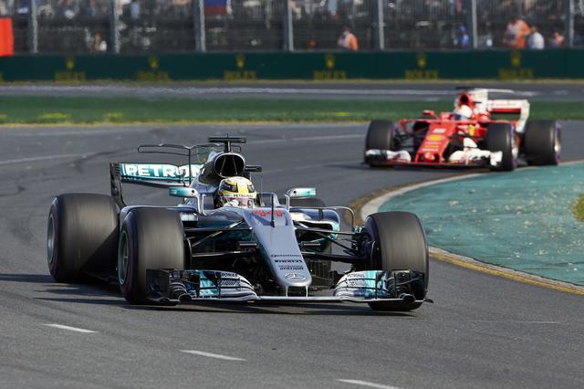 画像: 序盤からルイス・ハミルトン(メルセデスAMG)とセバスチャン・ヴェッテル(フェラーリ)が他を引き離す展開に。
