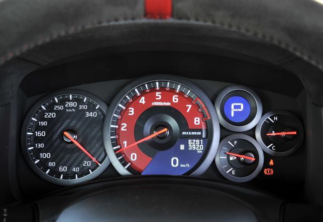 画像: GT-Rニスモのメーター。中央にタコメーター、左にスピードメーターのレイアウト。速度計は340km/hスケールなのがわかる。