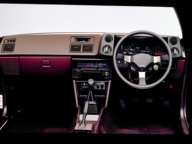 画像: スポーツカーほど低くないドラポジ。最上級グレードのGT APEX(写真)にはデジタルメーターが採用された。