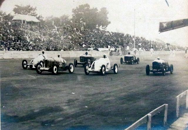 画像: 1936年6月7日、第1回全日本自動車競争大会の1シーン。スタンドの大観衆がスゴい!