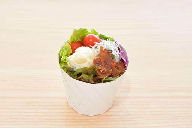 画像: 「静岡ベジと駿河湾産しらすサラダ」(550円)の器は紙製で食べるときに広げて使う。