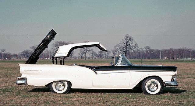 画像: 1957年式フォード・フェアレーン500スカイライナー。走行中でもトップを開閉できた!
