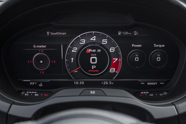 画像: 日本向けのRS 3セダンには、アウディ バーチャル コックピットが標準で採用される。高解像度を誇るその12.3インチモニターの基本画面を3つあるなかからRSモードにすると、中央に丸形タコメーターが大きく映し出され、その両側にタイヤ空気圧、トルク、Gフォースなどの情報が表示される。
