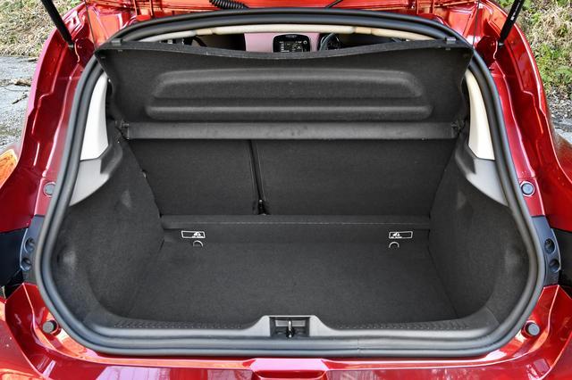 画像: 荷室はVDA式で300L。このクラスとしては広い。さすが、ヨーロッパNo1Bセグメントだけのことはあり、実用性に優れている。