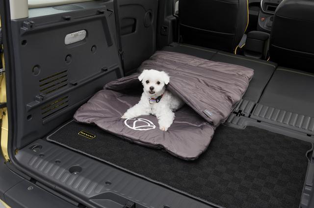 画像: パッカブルベット 形状はまさに寝袋で、通常は幅70×厚み4×長さ105cmのベッドとして使う。ファスナーを開ければ大きなマットに変身する。