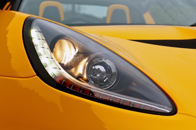 画像: ヘッドライトはハロゲンだが、スモールランプとターンシグナルはLEDを採用している。