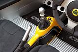 画像: 6速MTのタッチは小気味良い。シフトノブはアルミ製。シフトやパーキングブレーキのブーツは革製。
