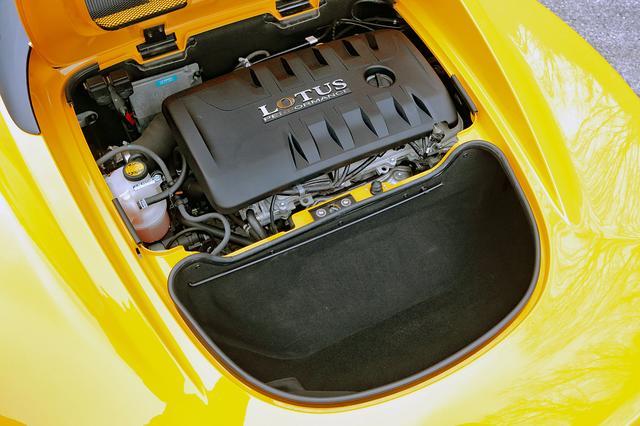 画像: エンジンはトヨタ製の1.6Lをロータスでチューン。その後ろのラゲッジスペースは115Lの容量がある。