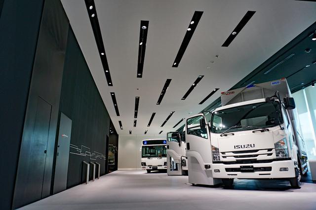 画像: 街を走る最新のトラックやバスを「さわって」「乗って」体験できる。