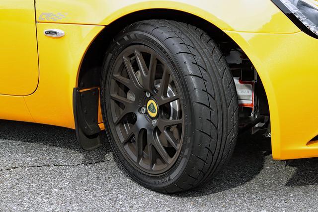 画像: タイヤは前後異サイズのヨコハマ・アドバンNEOVA。ブラック鍛造アルミホイールはオプション。