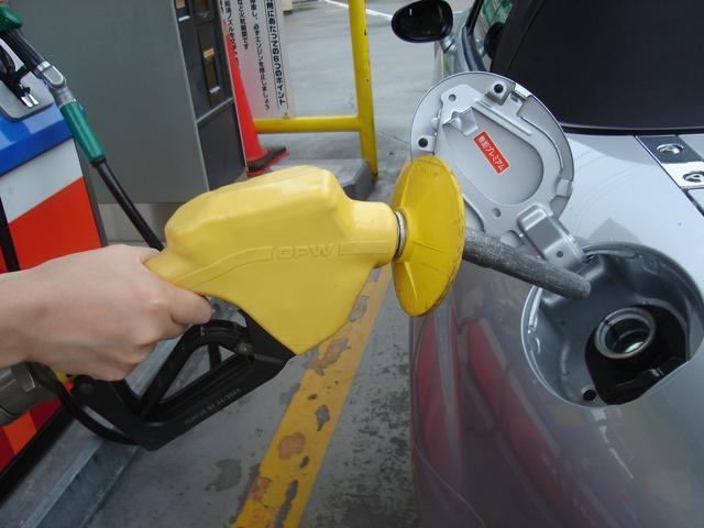 画像: 日本のセルフスタンドは、燃料の入れ間違いを防ぐため、ノズルの色を変えている。軽油が「緑」、ハイオク(写真)が「黄」レギュラーが「赤」だ。