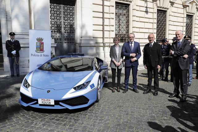 画像: ローマで行われた納車式。ランボルギーニのドメニカリCEOから内務大臣にキーが渡された。