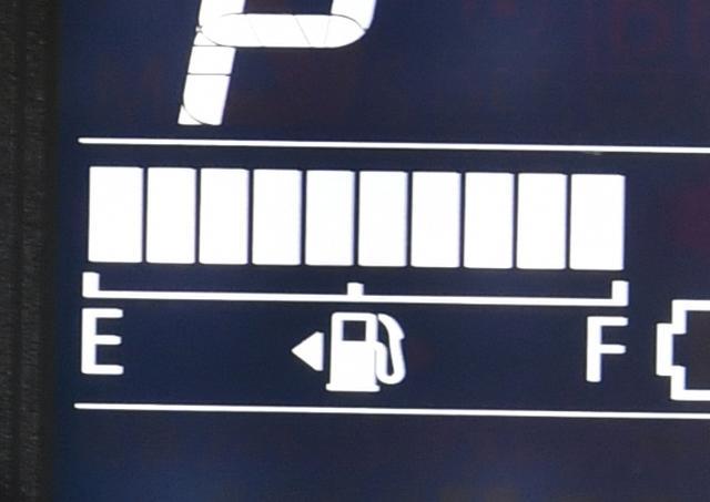 画像: 新しいクルマは、メーター内の燃料計の「▷」マークで、給油口が右/左どちらにあるのか知らせてくれる。