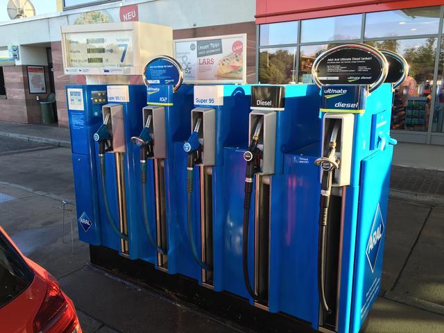 画像: ドイツのSS。給油ノズルが5本あるのがわかる。
