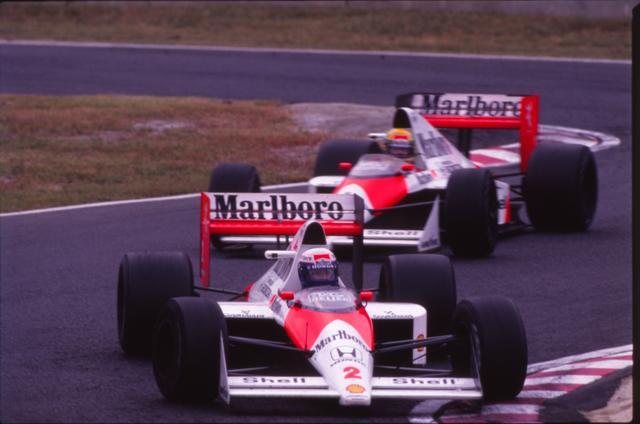 画像: 1989年F1第15戦日本GP。マクラーレンホンダMP4/5を駆るA.プロストとA.セナは、残り6周となった47周目にカシオトライアングル(シケイン)で接触。プロストはリタイヤ、セナはコース復帰しトップでチェッカーを受けたが失格。プロストの年間王者が確定した(写真は前がプロスト、後ろがセナ)。