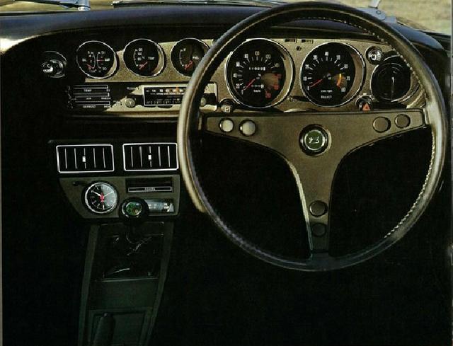 画像: GT内装。3本スポークの本革巻きステアリングがスポーティ。