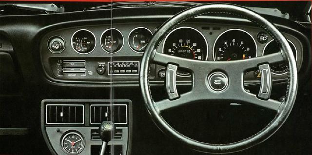 画像: 丸形計器類はすべてドライバーを向いている。インパネの小型3連メーターは、左から油圧計/電流計、水温計、燃料計。