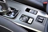 画像: 可能な限りエンジン始動を抑えてモーターのみで走る「EVプライオリティ(優先)モード」のスイッチを設定。