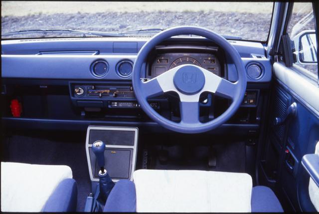 画像: アナログのタコメーターとデジタルのスピードメーターを組み合わせたユニークなデザインのインパネを採用。