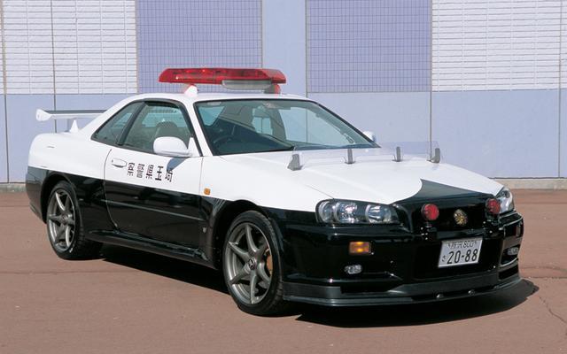 画像: GT-RのパトカーはR32、R33も存在していた。このR34パトはVスペックがベース。2ndジェネレーション最後の黒白パトだ(写真は前期型)