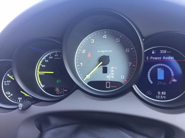 画像: 右側のデジタル表示が充電量を示すメーター。左側下部もアナログ式メーターがレイアウトされる。