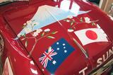 画像: ボンネットには富士山と桜、そして日本とオーストラリアの国旗が描かれていた。