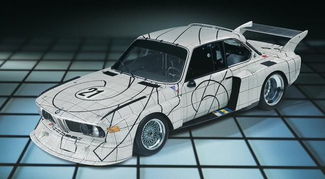 画像: インスパイアされたという、フランク・ステラの「3.0CSL」。実に個性的かつスタイリッシュ。「BMW Art Cars」としては、二代目にあたる。