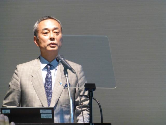 画像: 住友ゴム工業執行役員 材料開発本部長 村岡清繁氏が説明した。