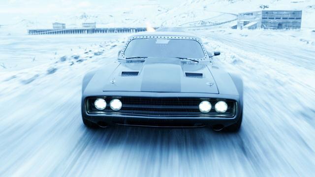 画像: 氷河の上で潜水艦とのカーチェイスを決行!?
