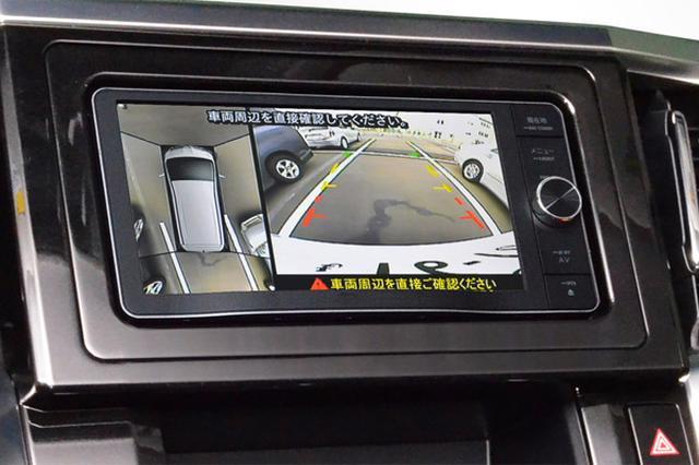 画像: 市販カーナビのバックカメラ画面を2分割し、 俯瞰映像とバックカメラ映像を映す