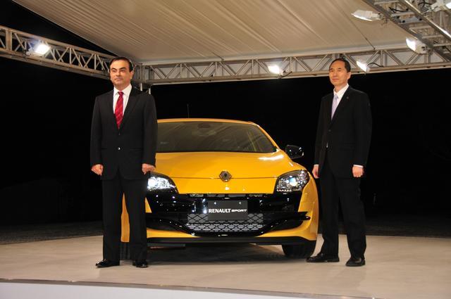 画像: 2010年12月16日、新型メガーヌ ルノー・スポールの発表会は東京・南麻布のフランス大使公邸で行われた。ステージには、ルノー・日産のカルロス・ゴーン会長兼CEO(当時)の姿もあった。
