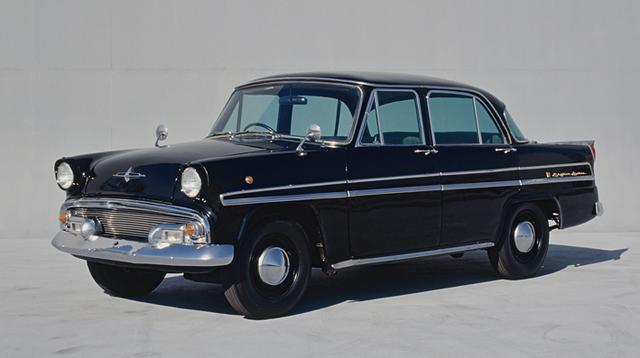 画像: これが初代プリンス・スカイライン。最上級グレードの1500デラックスの価格は、当時の大卒初任給の200倍に相当する超高級車だった。(写真は後期型)