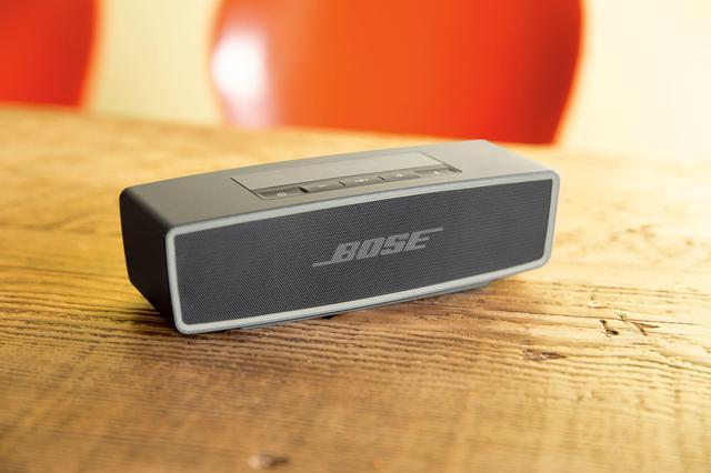 画像: Bose SoundLink Mini Bluetooth speaker II 本体サイズは高さ5.1cm×幅18cm×奥行き5.9cmという、ちょっと大きめの手のひらにフィットするサイズ。重量はわずか670gなのに、「深みのあるドラマチックな低音を届け」(リリースまま)てくれるのだそう。シンプルなスタイルも、ソソられる。