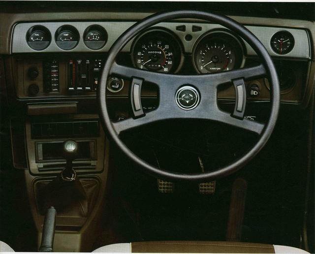 画像: Gグレード内装。メーターは左から燃料計、水温計、油圧計、速度計、回転計、3針式時計。