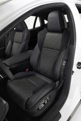 画像: ホールド性能に優れた専用デザインのシートを採用。