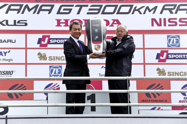 画像: 4月9日のスーパーGT開幕戦で行われた車両贈呈式。ポルシェ ジャパンの七五三木社長(左)とGTアソシエイションの坂東正明代表(右)。