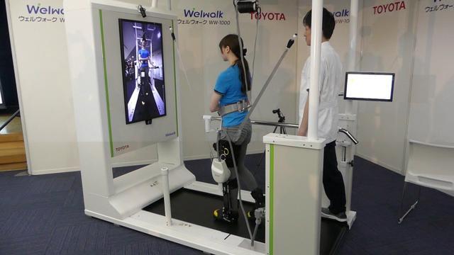 画像: トヨタのリハビリテーション支援ロボット「ウェルウォークWW-1000」 youtu.be