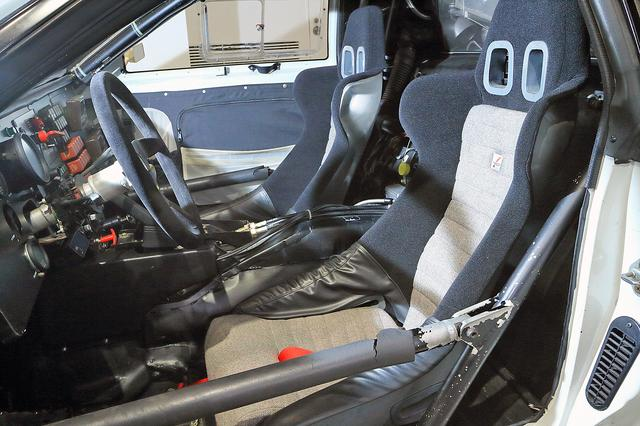 画像: TRD製のバケットシートが備わるコクピットは思ったより狭くないが、シートのすぐ後ろにはエンジンが搭載されているから、かなり暑そう…。