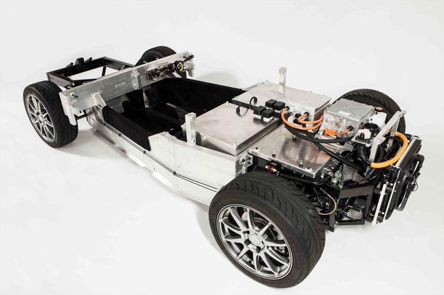 画像: トミーカイラZZのプラットフォーム。写真右側がリアで、バッテリーとモーターなどのパワートレーンが搭載されている。