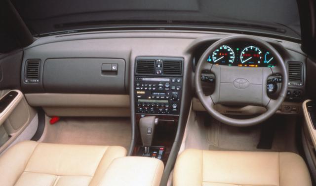 画像: オプティトロンメーターや運転席 SRSエアバッグなどを備えたコクピット。