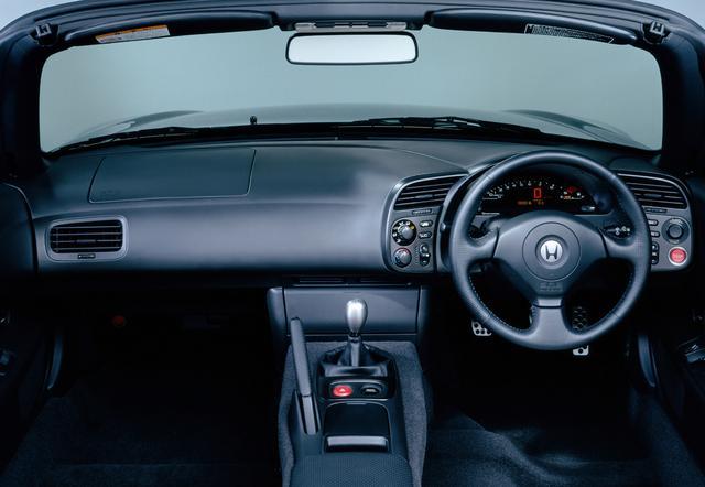 画像: インテリアはシンプルながら、スタートボタンを装備するなど当時としては最新だった。