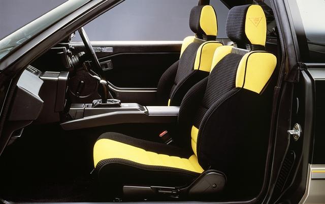 画像: カラフルな柄を採用したバケットタイプのシート。デートカー的な役割も与えられていた。