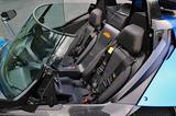 画像: カーボン製のコクピットは意外と広い。シートは固定式なので、ドラポジはペダルをスライドして調整する。