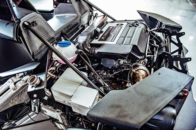画像: アウディ製2L直4ターボを横置きミッドシップ搭載。整備時などにカウルを外さないとエンジンは見えない。