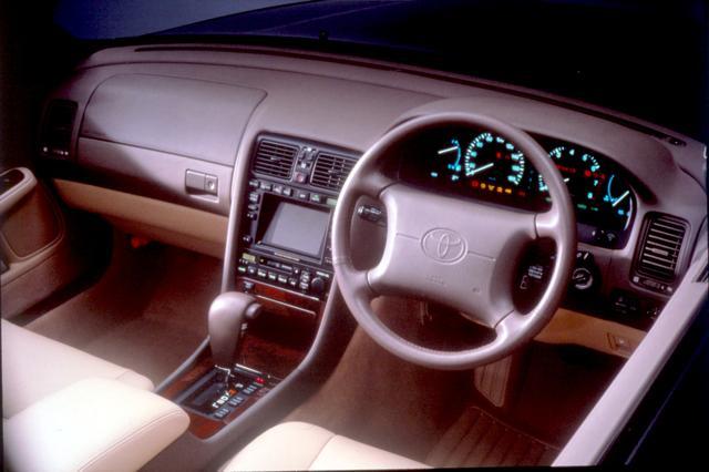 画像: 1992年のマイナーチェンジでは、音声ガイド付きのGPSカーナビゲーション対応マルチエレクトロビジョンをオプション設定。