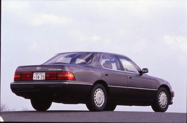 画像: 中級グレードの B仕様。現在も使われているトヨタのエンブレムはセルシオで初めて使われた。