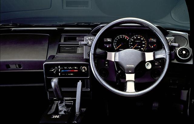 画像: 機能的に配置されたスイッチ類がスポーツカーらしさを強く印象付けた。