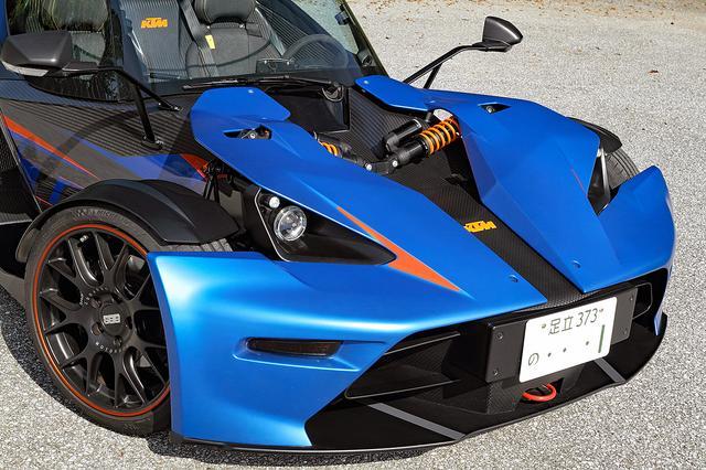 画像: タイヤは前後異サイズのミシュラン・スーパースポーツ。サスペンションの一部もむき出しで見える。