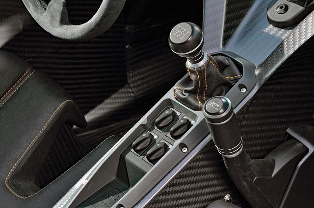 画像: 6速MTのシフトストロークは少し大きめ。その右にパーキングブレーキのレバーが備わる。